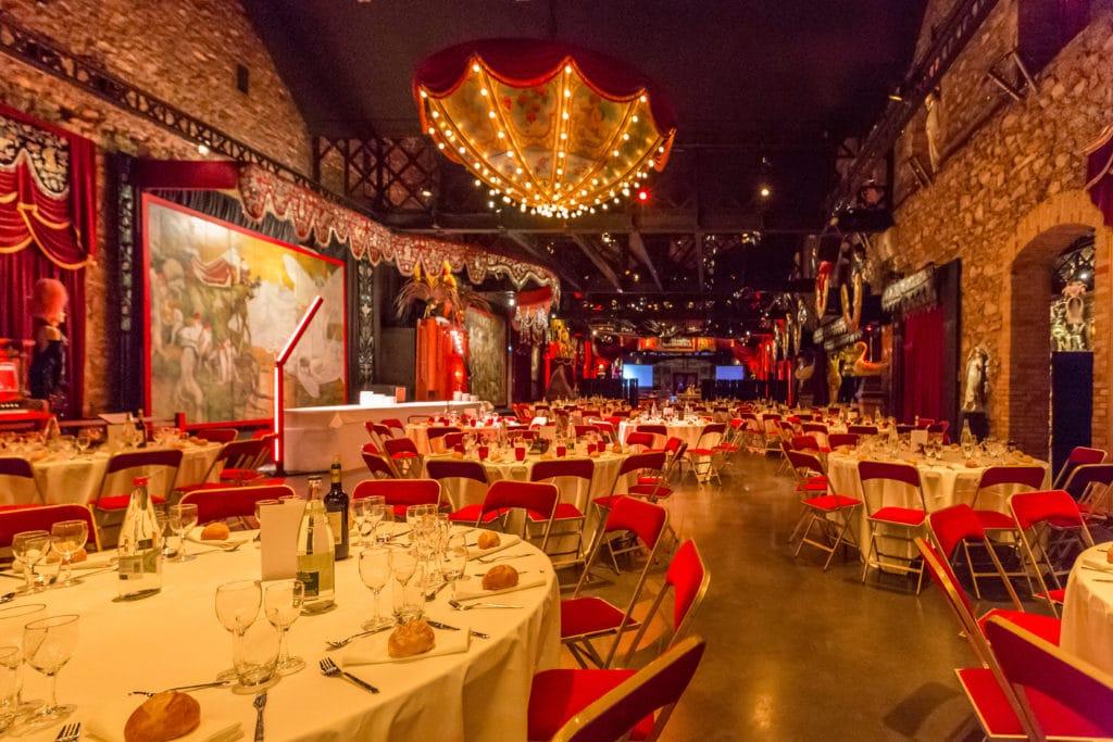 Diner assis avec tables rondes et chaises rouge au musée des arts forains
