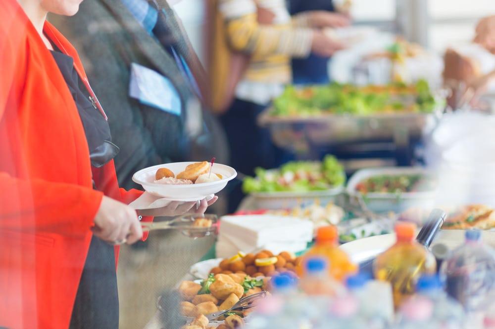 Buffet chaud avec acra et pièces en fritures pour un séminaire