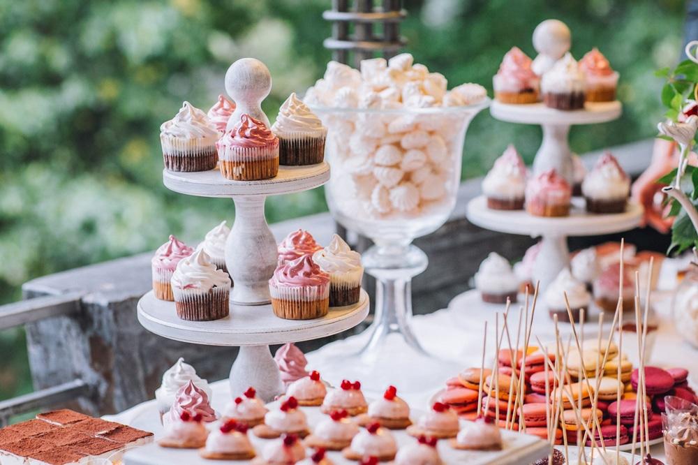 Bar à cupcake, macaron et gateaux thème romance pour anniversaire
