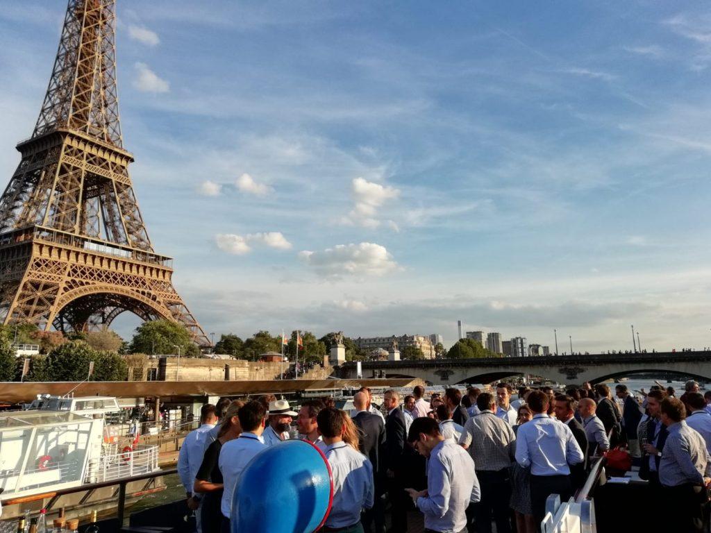 Cocktail d'entreprise sur la péniche le Clipper avec vue sur la Tour Eiffel