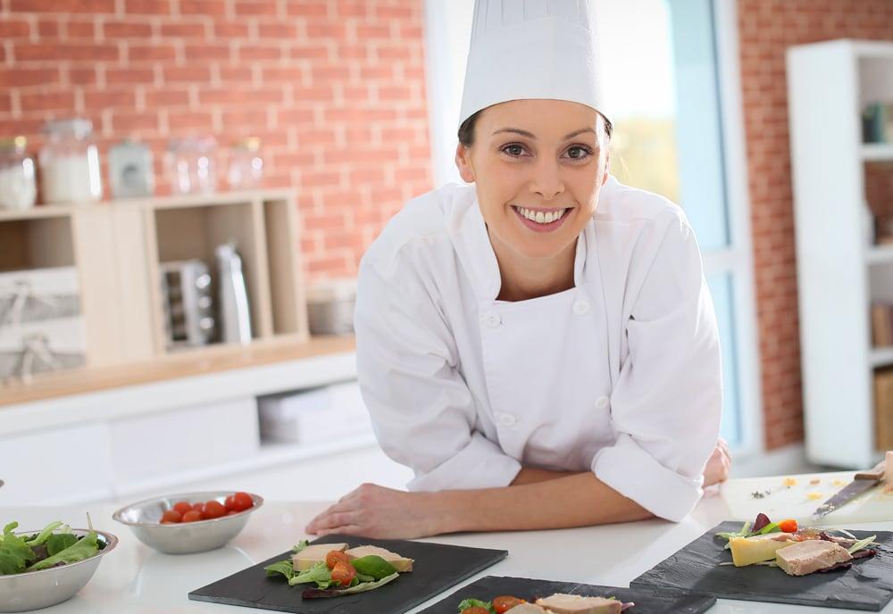 Foie gras maison préparé par la chef en cuisine